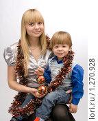 Купить «Девушка и ребенок с игрушкой - елочным шариком, улыбаются», фото № 1270928, снято 6 декабря 2009 г. (c) Ольга Рындина / Фотобанк Лори