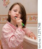 Девочка чистит зубы. Стоковое фото, фотограф Ольга Полякова / Фотобанк Лори