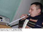 Купить «Проверка на алкоголь. Мужчина дует в трубочку алкометра», фото № 1278076, снято 2 февраля 2009 г. (c) Александр Легкий / Фотобанк Лори