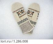 Белые рукавицы с узором на фоне снега. Стоковое фото, фотограф Вера Попова / Фотобанк Лори