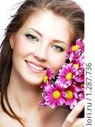 Купить «Портрет молодой девушки c розовыми цветами», фото № 1287736, снято 28 октября 2008 г. (c) Валуа Виталий / Фотобанк Лори