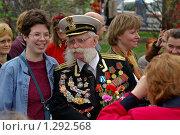 Купить «Капитан первого ранга с внучкой в День Победы», фото № 1292568, снято 9 мая 2006 г. (c) Юрий Кобзев / Фотобанк Лори