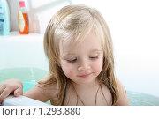 Купить «Ребенок играет в ванной», фото № 1293880, снято 9 декабря 2009 г. (c) Ирина Золина / Фотобанк Лори