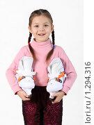 Купить «Девочка с коньками, изолированно», фото № 1294316, снято 31 января 2009 г. (c) Anna Kavchik / Фотобанк Лори