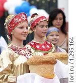 Купить «Девушки держат в руках саратовский калач», фото № 1295164, снято 8 сентября 2007 г. (c) Александр Легкий / Фотобанк Лори