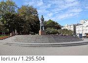 Памятник  Фридриху Энгельсу в Москве, эксклюзивное фото № 1295504, снято 19 сентября 2009 г. (c) Виктор Тараканов / Фотобанк Лори