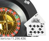Купить «Игральные карты в казино и рулетка. Двадцать одно», фото № 1296436, снято 22 июля 2009 г. (c) Vitas / Фотобанк Лори