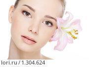 Купить «Портрет молодой девушки с лилией», фото № 1304624, снято 21 марта 2009 г. (c) Валуа Виталий / Фотобанк Лори