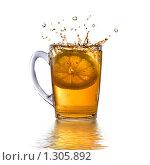 Купить «Ломтик лимона в кружке с чаем», фото № 1305892, снято 14 ноября 2008 г. (c) Ярослав Данильченко / Фотобанк Лори