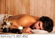 Купить «Молодой человек расслабляется в спа-салоне», фото № 1307452, снято 31 октября 2009 г. (c) Валуа Виталий / Фотобанк Лори