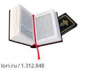 Купить «Открытая библия и молитвенник», эксклюзивное фото № 1312848, снято 17 декабря 2009 г. (c) Юрий Морозов / Фотобанк Лори
