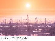 Купить «Нефтяные вышки ранним утром - Каспийское море рядом с Баку», фото № 1314644, снято 19 мая 2007 г. (c) Elnur / Фотобанк Лори