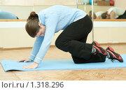 Купить «Девушка занимается гимнастикой в спортивном зале», фото № 1318296, снято 27 ноября 2009 г. (c) Яков Филимонов / Фотобанк Лори