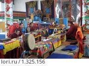 Буддийский монах в интерьере иволгинского дацана. Бурятия (2009 год). Редакционное фото, фотограф Александр Подшивалов / Фотобанк Лори