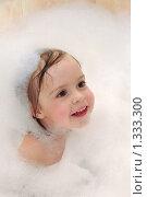 Купить «Двухлетняя девочка купается в ванне», фото № 1333300, снято 30 декабря 2009 г. (c) Икан Леонид / Фотобанк Лори