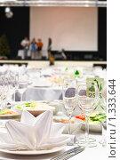 Сервированный праздничный стол на фоне сцены. Стоковое фото, фотограф Кекяляйнен Андрей / Фотобанк Лори