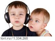 Купить «Два поющих мальчика. Один с черными наушниками», фото № 1334260, снято 6 декабря 2009 г. (c) Андрей Щекалев (AndreyPS) / Фотобанк Лори