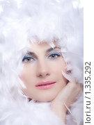 Купить «Портрет красивой девушки в боа на белом фоне», фото № 1335292, снято 7 декабря 2009 г. (c) Анна Игонина / Фотобанк Лори