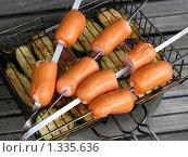 Купить «Колбаски на шампурах и овощи на решетке перед приготовлением на мангале», фото № 1335636, снято 22 августа 2009 г. (c) Дмитрий Анисимов / Фотобанк Лори