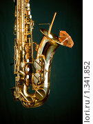 Золотистый саксофон на зеленом фоне с коктейльным зонтиком. Стоковое фото, фотограф Алексей Хляпов / Фотобанк Лори