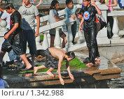 Купить «Купание в  фонтане на Манежной площади», эксклюзивное фото № 1342988, снято 31 мая 2009 г. (c) Алёшина Оксана / Фотобанк Лори