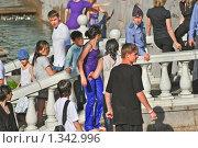 Купить «Люди у фонтана на Манежной площади», эксклюзивное фото № 1342996, снято 31 мая 2009 г. (c) Алёшина Оксана / Фотобанк Лори