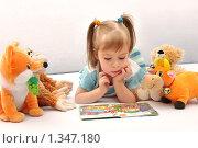 Маленькая девочка с книгой и игрушками. Учимся читать, фото № 1347180, снято 6 января 2010 г. (c) Икан Леонид / Фотобанк Лори