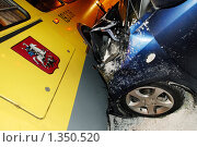 Купить «Столкновение городского автобуса с иномаркой на заснеженной улице», эксклюзивное фото № 1350520, снято 7 января 2010 г. (c) Сайганов Александр / Фотобанк Лори