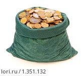 Зелёный мешочек с металлическими деньгами на белом фоне. Стоковое фото, фотограф Артур (Мangalor) / Фотобанк Лори
