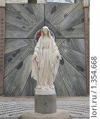 Купить «Скульптура Девы Марии во дворе храма Благовещения. Назарет», фото № 1354668, снято 24 ноября 2009 г. (c) Наталья Волкова / Фотобанк Лори