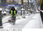 Купить «Москва, дворник», эксклюзивное фото № 1361012, снято 16 декабря 2009 г. (c) Дмитрий Неумоин / Фотобанк Лори