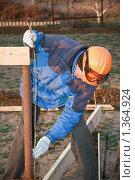 Купить «Рабочий измеряет трубу», фото № 1364924, снято 11 апреля 2009 г. (c) Александр Паррус / Фотобанк Лори
