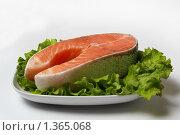 Купить «Красная рыба на листьях зеленого салата», фото № 1365068, снято 5 января 2010 г. (c) Igor Lijashkov / Фотобанк Лори
