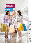 Купить «Подруги ходят по магазинам», фото № 1367064, снято 29 декабря 2009 г. (c) Raev Denis / Фотобанк Лори