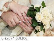 Руки с букетом. Стоковое фото, фотограф Кирюшина Евгения / Фотобанк Лори