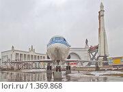 Купить «Экспонаты ВВЦ на улице», эксклюзивное фото № 1369868, снято 3 апреля 2009 г. (c) Алёшина Оксана / Фотобанк Лори