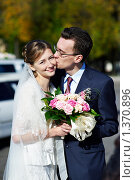 Купить «Молодожены на свадебной прогулке», фото № 1370896, снято 3 октября 2009 г. (c) Сергей Рыжов / Фотобанк Лори