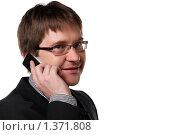 Купить «Молодой мужчина в костюме на белом фоне разговаривает по мобильному телефону», фото № 1371808, снято 6 декабря 2009 г. (c) Наталья Белотелова / Фотобанк Лори