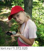 Купить «Девочка в красной бейсболке держит в руке компас», фото № 1372020, снято 14 сентября 2008 г. (c) Владимир Шеховцев / Фотобанк Лори