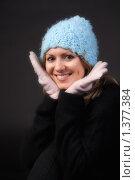 Купить «Молодая девушка в шапке и перчатках», фото № 1377384, снято 12 декабря 2009 г. (c) Рустам Шигапов / Фотобанк Лори