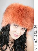 Девушка в большой оранжевой, зимней шапки. Стоковое фото, фотограф Евгения Ус / Фотобанк Лори