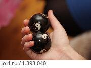 Купить «Шары Инь-Ян в руке», фото № 1393040, снято 2 января 2010 г. (c) Евгений Дубинчук / Фотобанк Лори
