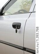 Купить «Ключ в двери автомобиля», фото № 1393768, снято 4 ноября 2008 г. (c) Арестов Андрей Павлович / Фотобанк Лори