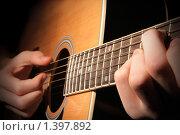 Музыкант играет на гитаре. Стоковое фото, фотограф Нилов Сергей / Фотобанк Лори