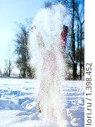 Купить «Девочка играет со снегом», фото № 1398452, снято 20 января 2010 г. (c) Ольга Сапегина / Фотобанк Лори