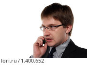 Купить «Молодой мужчина в костюме на белом фоне разговаривает по мобильному телефону», фото № 1400652, снято 6 декабря 2009 г. (c) Наталья Белотелова / Фотобанк Лори