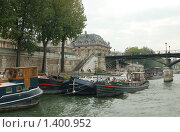 Купить «Частные речные кораблики у берега - Париж», фото № 1400952, снято 29 сентября 2008 г. (c) Александр Гончаров / Фотобанк Лори