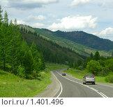 Машины, едущие по дороге, уходящей в горы. Стоковое фото, фотограф Дарья Колесникова / Фотобанк Лори
