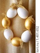 Купить «Пасхальный венок из белых и золотистых яичных скорлупок», фото № 1401652, снято 8 апреля 2009 г. (c) Татьяна Емшанова / Фотобанк Лори