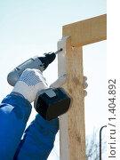 Купить «Рабочий с шуруповертом», фото № 1404892, снято 12 апреля 2009 г. (c) Александр Паррус / Фотобанк Лори